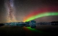 Млечный путь и северное сияние над ледником Йокульсарлон в Исландии