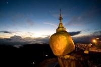 Буддийская святыня «Золотой камень», повисший над пропастью. Мьянма (Бирма)